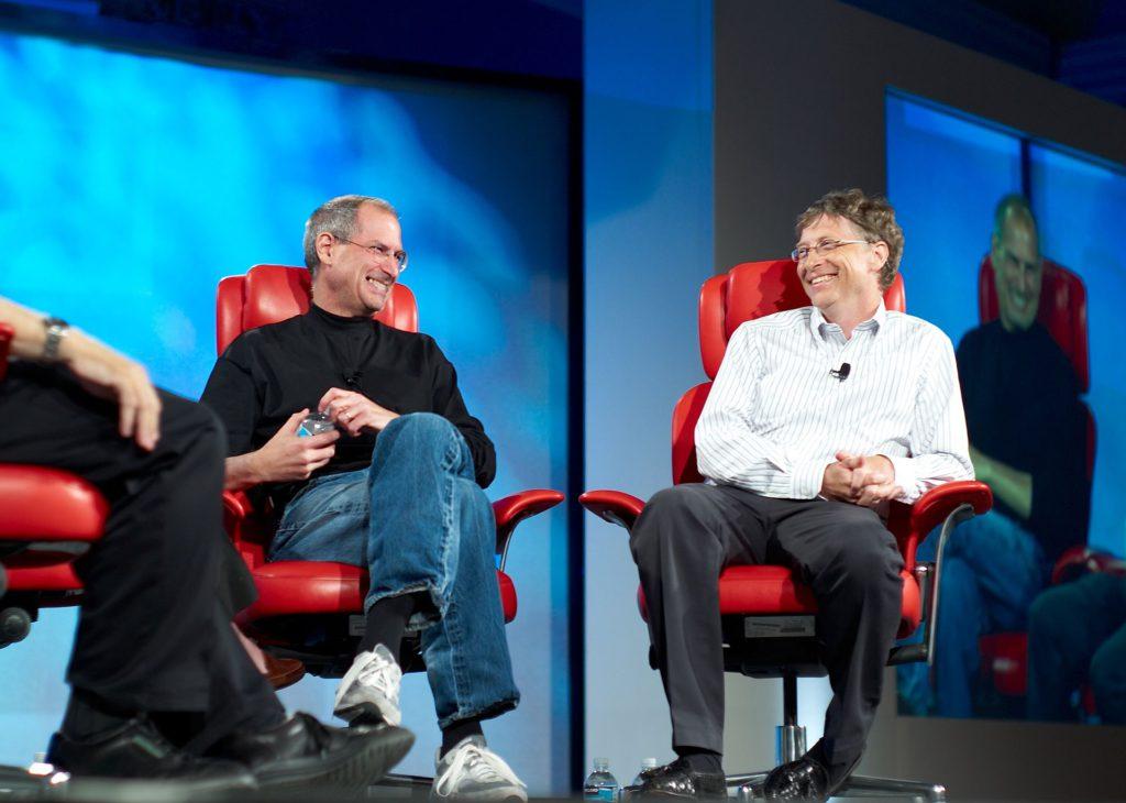 Steve Jobs und Bill Gates in Japan auf einer Veranstaltung