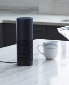Amazon Echo wartet in der Küche auf Befehle