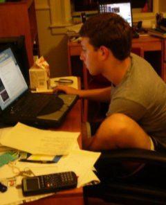 Mark Zuckerberg arbeitet im Jahr 2004 an Facebook
