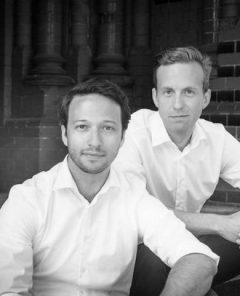 Robin Klemm (l.) und Christoph Basner beraten Kunden bei Bestattungen (Foto: Pressematerial, November.de)