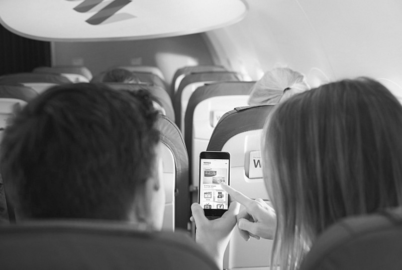 Eurowings-Passagiere mit Smartphone (Fotomaterial: Eurowings, Pressematerial)