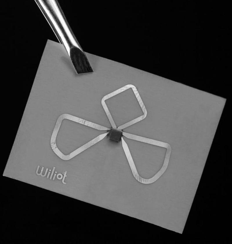 Sticker von Wiliot lassen sich per Bluetooth mit Smartphones auslesen.