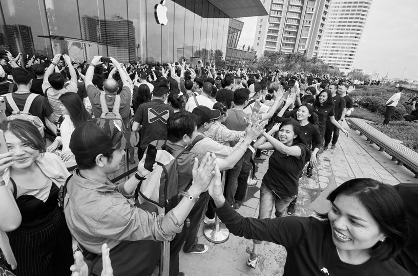 Nicht überall war die Nachfrage nach Apple-Smartphones so euphorisch wie hier bei einer Shop-Eröffnung in Bangkok.