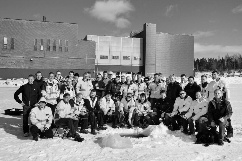 Die Belegschaft des ersten Rechenzentrums in Hamina beim Eisfischen.