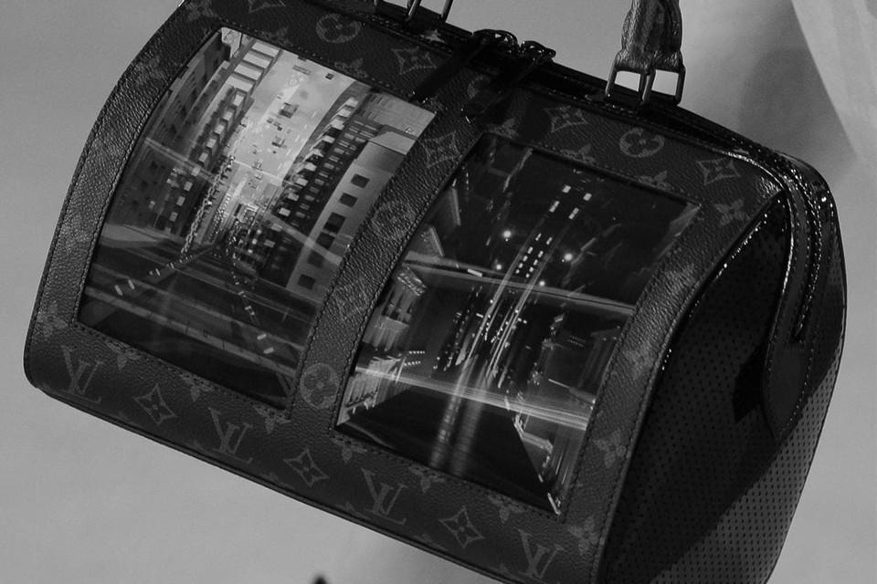 Taschen von Louis Vuitton wurden in New York mit einem und zwei Displays gezeigt.