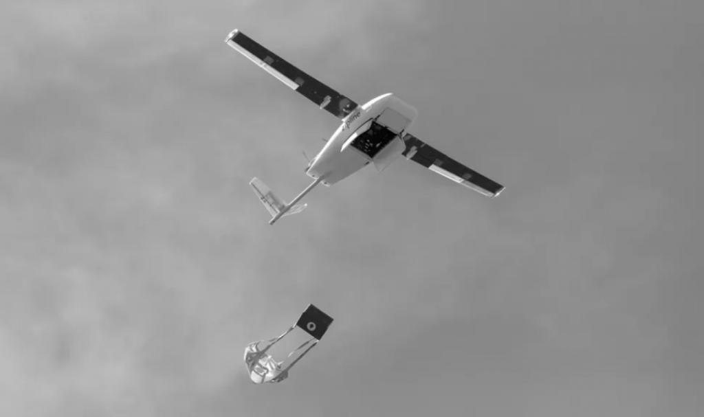 Die Drohnen von Zipline liefern Medikamente per Fallschirmabwurf aus.